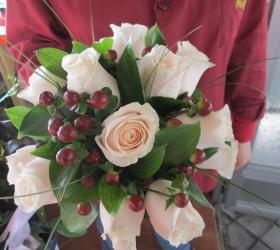 Ramo rosas con hipericum y verde