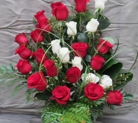 centro-rosas-rojas-y-blancas