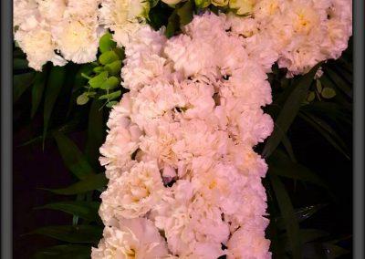cruz claveles y rosas